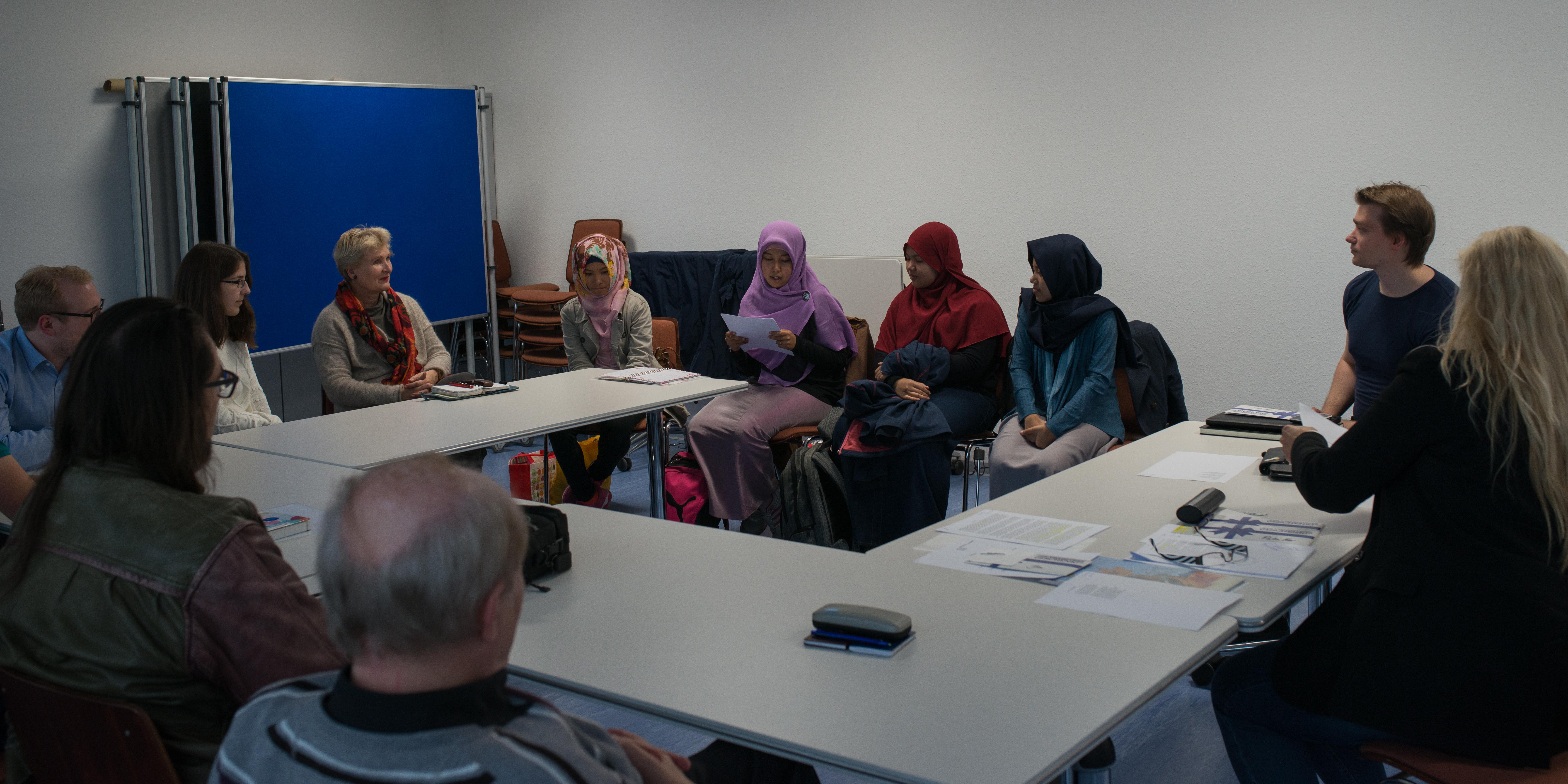 Gebannt lauschen Teilnehmer und Jury Putri Nur beim Vortrag Ihres Gedichts