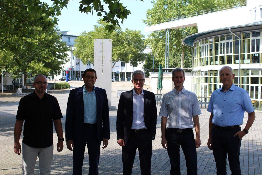 von links nach recht: Marc Fröhlich, Dr. Mario Mezler, Dr. Sönke Brodersen, Prof. Dr. Renée Eiswirth, Stefan Lochbühler. Es fehlen: Prof. Dr. Dieter Leonhard, Steffen Philipp, Annett-Kathrin Wohlgemuth